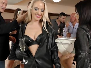 Lovely babes Bella Bereta and her guests want to bang draw up