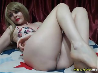 adult babe fingerfucking her juicy vagina on webcam