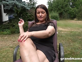 Busty chubby mature lady is happy to masturbate outdoors on tap the backyard