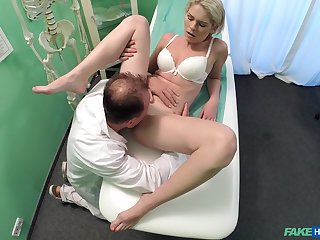 Amateur girl rides the doctor's dick without knowing she is zoological filmed